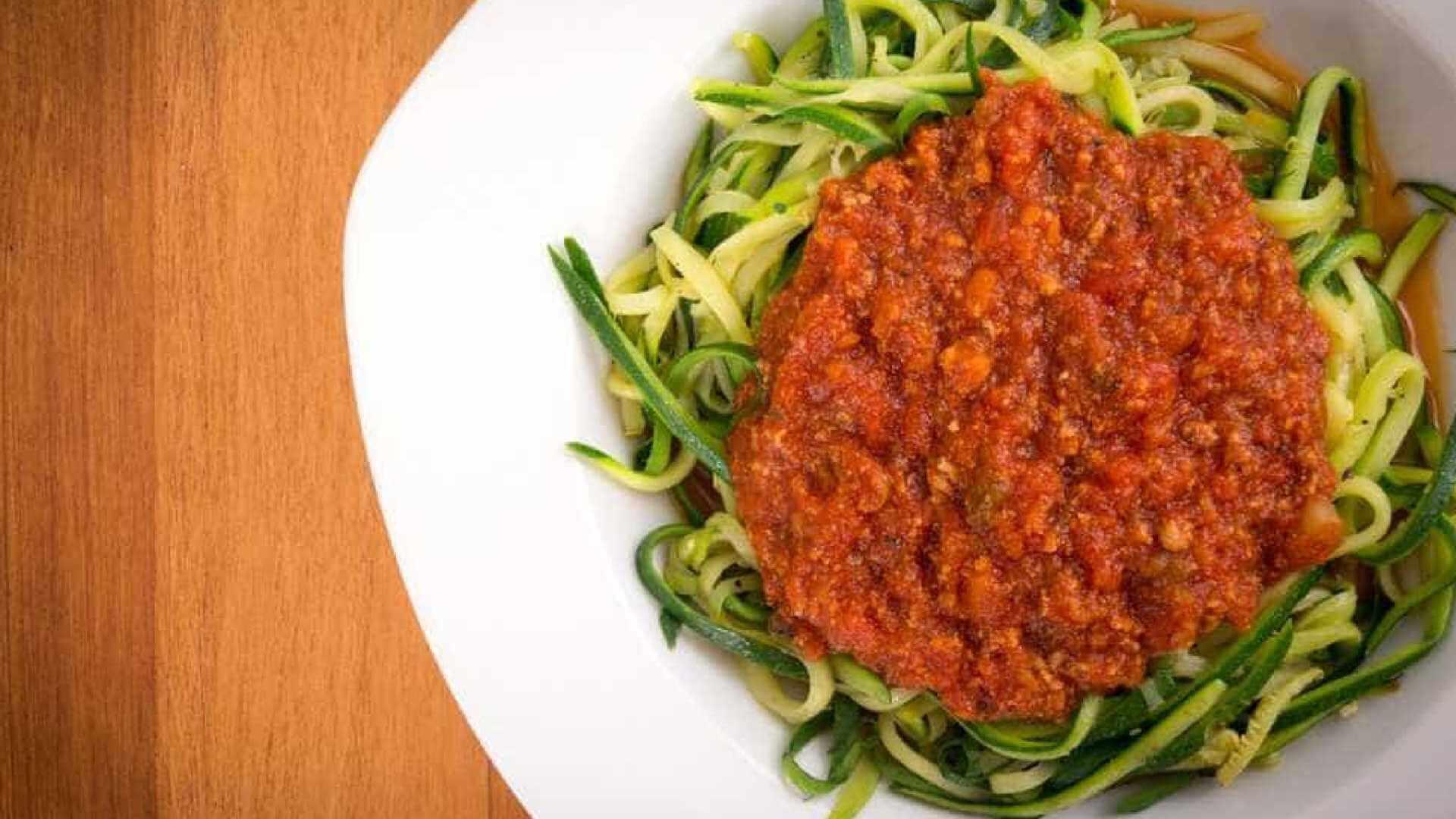 Receita Leve Para o Jantar: Espaguete Low Carb de Abobrinha ao Molho Bolonhesa