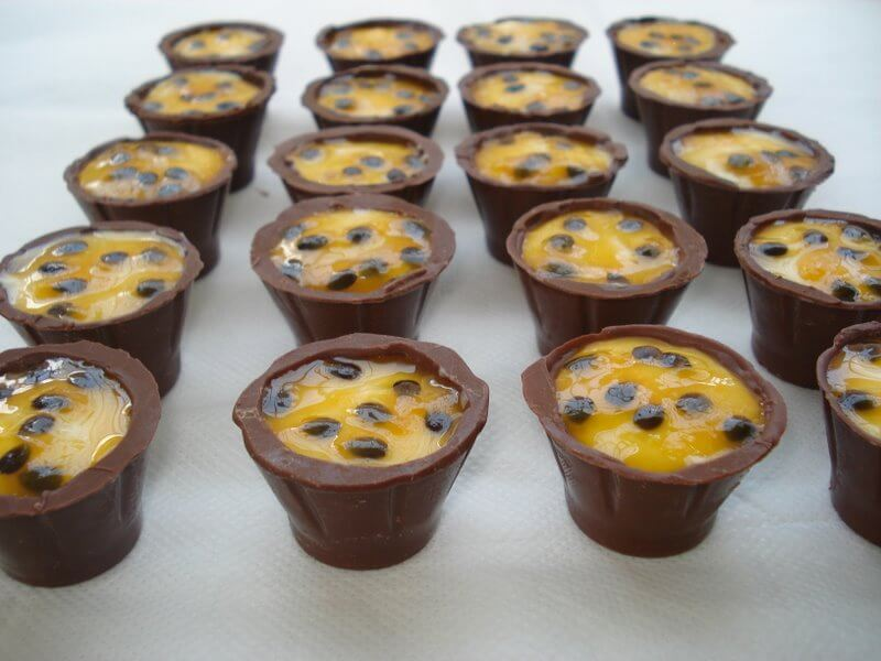 COPINHOS DE CHOCOLATE COM MOUSSE DE MARACUJÁ