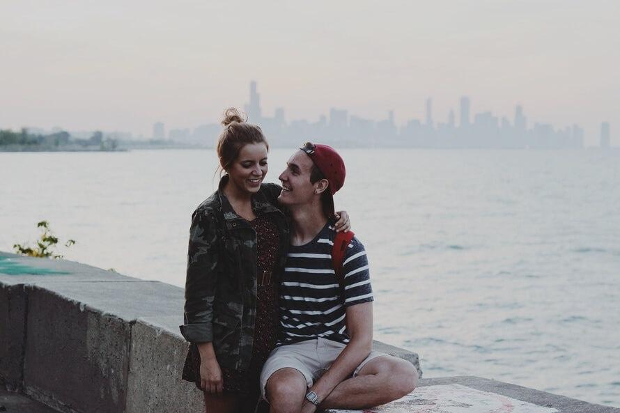 casal apaixonado rindo na praia e se divertindo